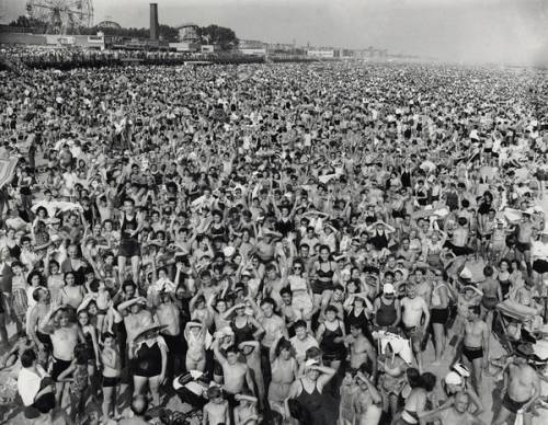 weegee_folla_a_coney_island